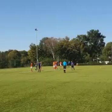 Keeper kijkt bal naast